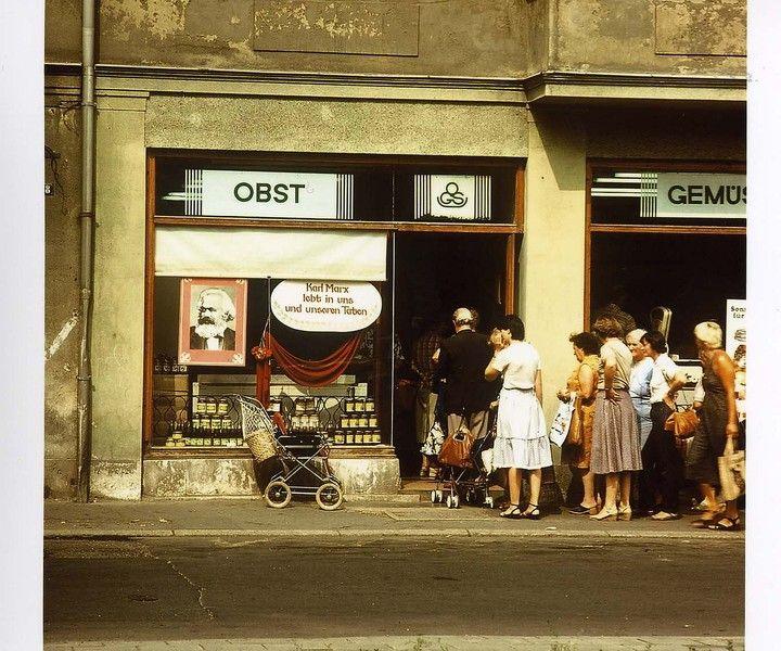 Foto vom Sommer 1983. In Weimar stehen Menschen vor einem Gemüseladen an, dessen Schaufenster ein Karl Marx Bild schmückt. 1983 war in der DDR das Karl Marx Jahr | Foto: Uwe Gerig
