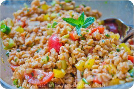 Ein erfrischender Salat, der nicht verwässert und deshalb auch am nächsten Tag noch schmeckt -besonders, wenn man sich in der Menge verschätzt hat, weil man ihn nicht genau nach Rezept gemacht hat …
