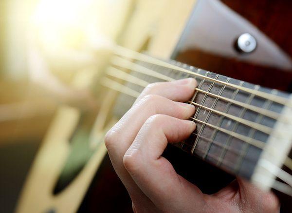 """Mit meinem dreiteiligen Minikurs """"Lagerfeuer-Lessons"""" mache ich Gitarren-Anfänger fit für die Liedbegleitung!"""