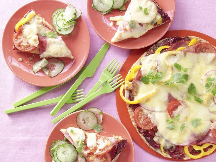 Pita-Pizza mit Gurkensalat - Kochen für viele Kinder - smarter - Kalorien: 317 Kcal - Zeit: 30 Min. | eatsmarter.de