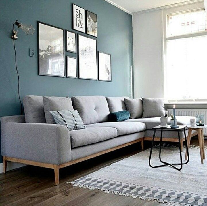 Mur bleu - Canapé gris chiné - Applique style baladeuse
