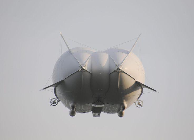 Matkustajalentokoneena Airlander 10 voisi kuljettaa väljästi 48 henkilöä, jolloin matkustajat pysyisivät liikkumaan vapaasti hyteissään ja ihastelemaan maisemia lattiasta kattoon ulottuvista ikkunoista.