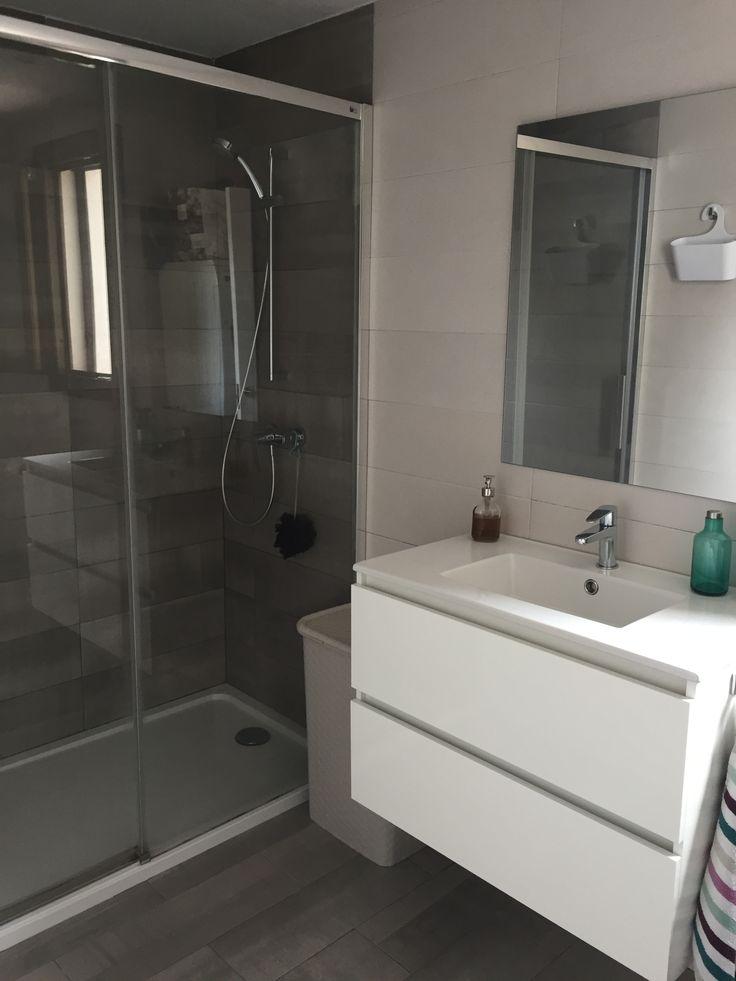 Baño en tonos grises y blanco | Baño gris y blanco, Baños ...