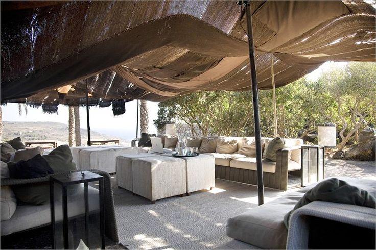 La tenda berbera, salotti all'aperto della casa. Sotto le coperture di lino del Kurdistan, le sedute Paola Lenti