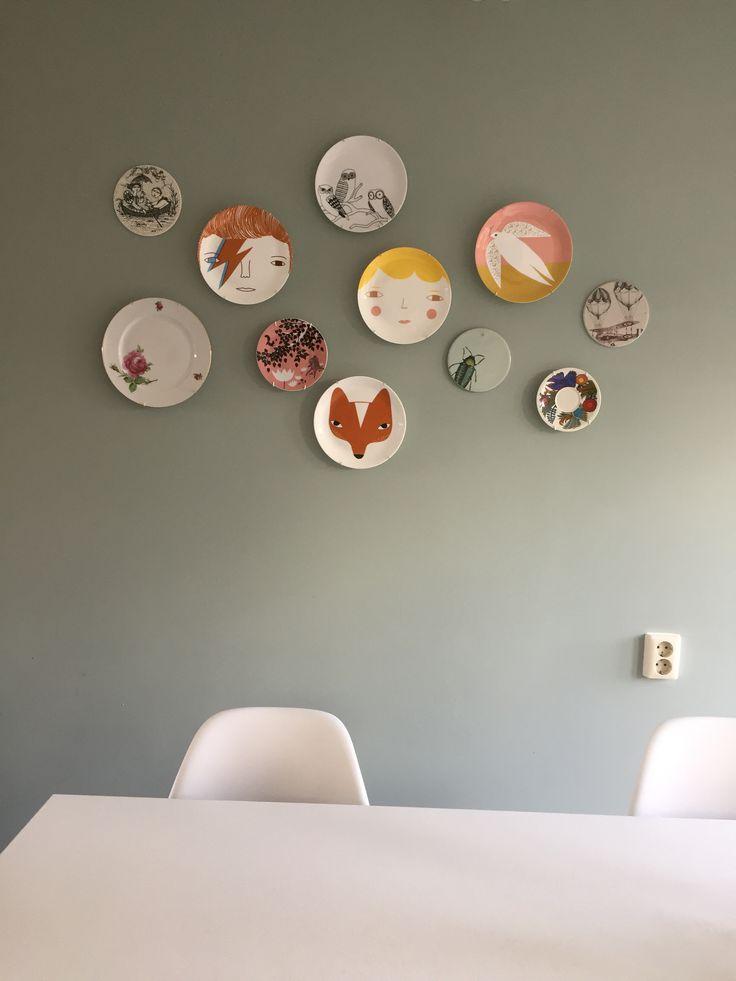 Bordjes aan de muur. Onder andere van Donna Wilson.
