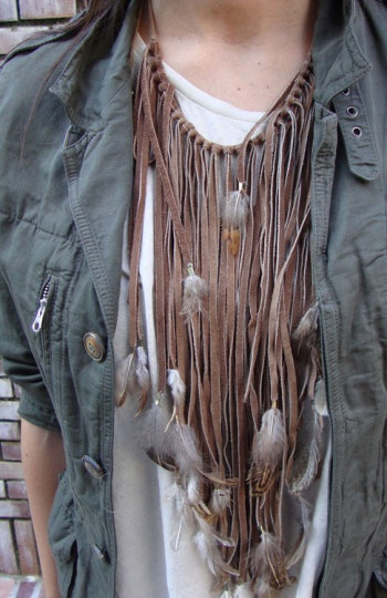 Este collar de plumas es de Zara
