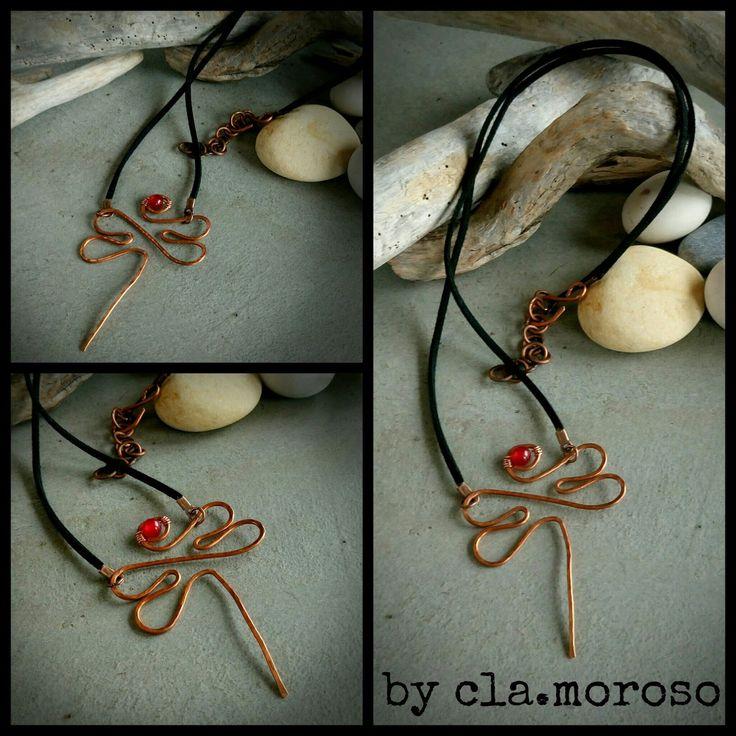 Libellule in filo di rame,   lavorate a mano   in versione spilla o collana...        libellula rame &rosso   spill a  in rame con pietra...