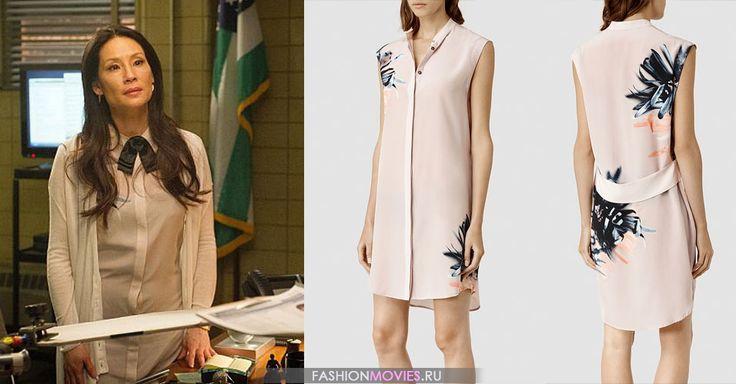 на Джоан Ватсон (Люси Лью) шёлковое платье пудрового оттенка с принтом в виде лилий Luna Haze Dress от AllSaints за  $ 308