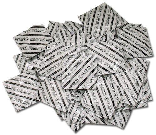 London Extra Store kondomer - Durex - 100-pak fra London - Sexlegetøj leveret for blot 29 kr. - 4ushop.dk - London extra store transparente kondomer fra producenten Durex, i en stor økonomi pose med 100 stk. Kondomerne er med creme og reservoir. Posen indeholder 100 stk. Diameter 57 mm, længde 215 mm og tykkelse 0,07 mm. (målene på et almindeligt London kondom er til sammenligning 52 mm, 175 mm og 0,06 mm)