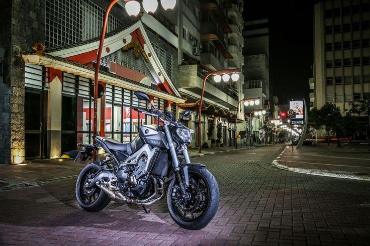 """Top10 - Motos nacionalizadas Yamaha MT-09 No ano passado, o motociclista brasileiro se deparou com uma ótima surpresa. A Yamaha MT-09 chegou ao País já produzida em Manaus (AM). Misto entre naked e supermoto, o estiloso modelo é o primeiro a usar o motor de três cilindros de 847 cm³ recém-desenvolvido pela marca japonesa e traz consigo a esportividade da família """"Masters of Torque""""."""