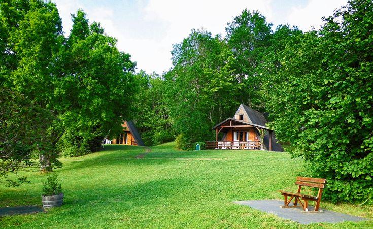 Stel je voor: wakker worden temidden van groene natuur, een uitgebreid ontbijt dat naar wens voor je klaarstaat, geen omkijken naar je kinderen die zich vermaken in het zwembad, met de voetbaltafel, met tafeltennissen of op de trampoline. Het kleinschalige vakantiepark Platus is een ideale bestemming voor gezinnen die willen genieten van een rustige vakantie …