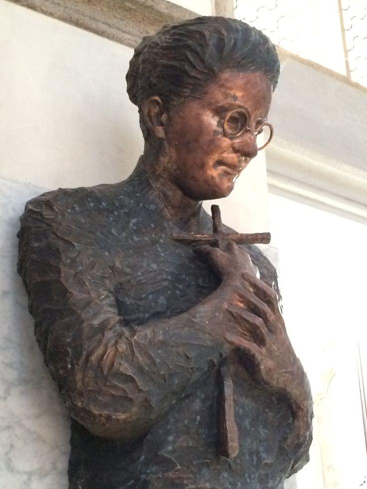 Salkaházy Sára emlékmű, kassai Szent Erzsébet Székesegyház, bronz-kő, 2,5m x 1m /  Pomník Sáry Salkaházy, Košický dóm Sv. Alžbety, bronz-kameň