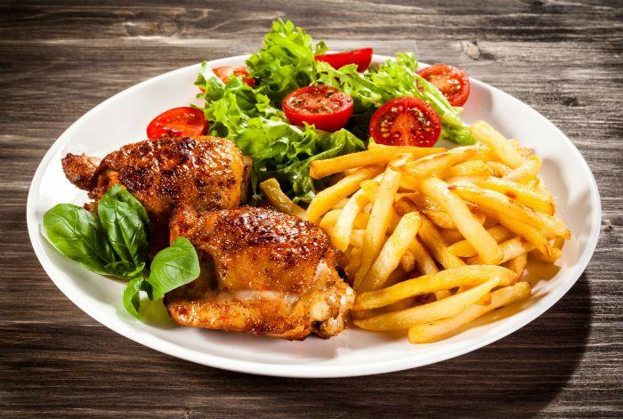 1zoom.me    Le poulet frites  Le célèbre poulet frites est un plat ancien, que l'on mange souvent le weekend avec les enfants. C'est en plus un plat très simple à préparer puisqu'il suffit de faire rôtir un poulet et de le servir avec des frites, idéalement des frites maison.