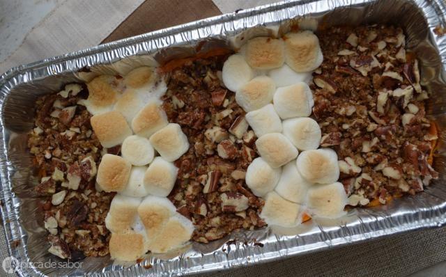 Uno de los platillos que no pueden faltar en la cena de Acción de Gracias o Thanksgiving es el sweet potato casserole o un puré de camote dulce con una cubierta de nuez y mini malvaviscos.