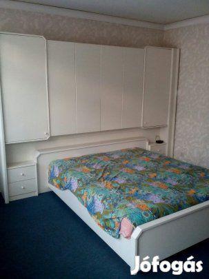 Eladó Háloszoba bútor: Eladó jó álapotú fehér fa mintás háloszoba botor. Az ágy 160x200cm. Az ágy mögött polcos.A 3 ajtos,tükrös akasztos.Kettő éves.A fa keret fejnél állitható.Matrac is jó még. Írj e-mailt ha érdekel.