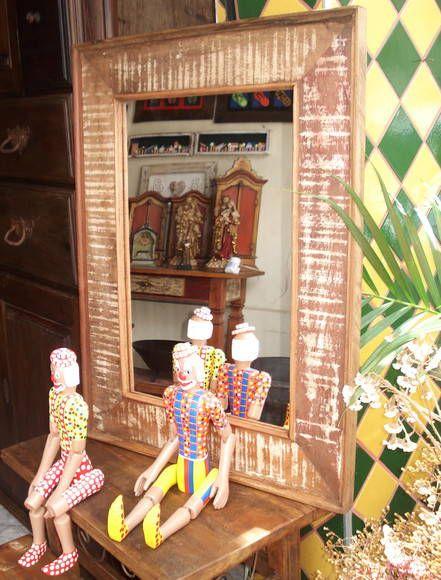 Moldura em madeira de demolição com espelho. Moldura com 80 x 60 cm, espessura de 15 cm.