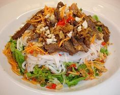 Chili und Ciabatta: Bun Bo - Rindfleisch mit Zwiebeln auf Reis-Vermicelli und Salat
