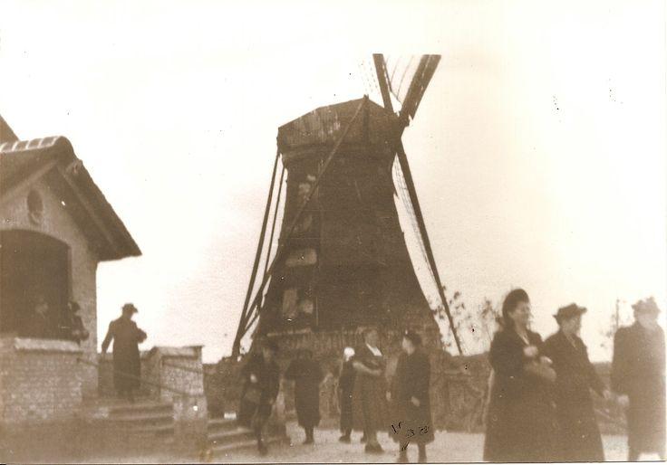Links de noodkerk. Molen van Ommel