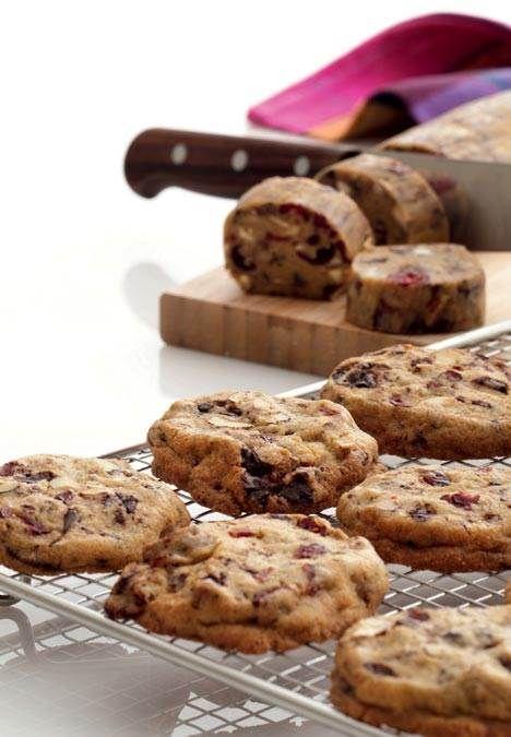 Superlækre cookies med masser af fyld. Dejen er nem at lave og opbevare enten på køl eller frost – indtil cookie-trangen melder sig.
