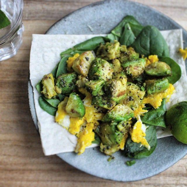 アボカドのマスタードシードライムスクランブルエッグをのっけたフラットブレッドオープンサンドはライムを添えて。/ Avocado omelet spiced up with mustard seeds and lime on flatbread.