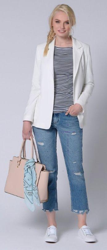 Серый пиджак, тельняшка, светлые джинсы, бежевая сумка, синий платок, белые туфли