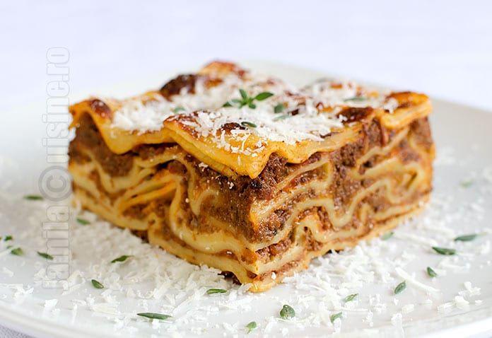 Lasagna bolognese este o mancare extrem de delicioasa care se pregateste in straturi de paste, sos Bolognese si sos Bechamel.