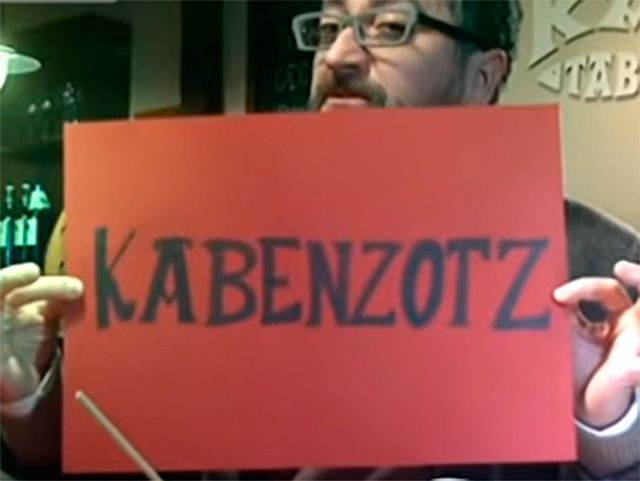 El actor vasco Gorka Aginagalde escribe KABENZOTZ en una cartulina y nos explica qué significa