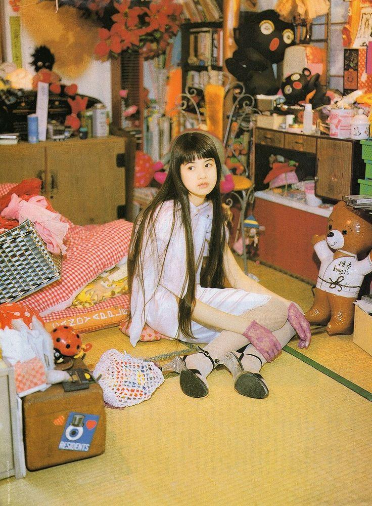 Yoshikawa Hinano 吉川ひなの japanese model & actress at home - June 1995