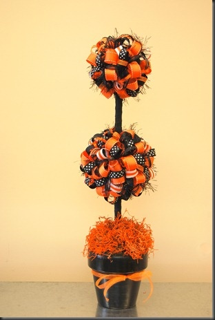 ribbon topiary - good idea for any season or holiday