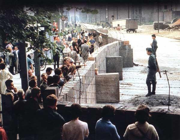 BERLIN Aug-Sept.1961, Berlin wird eine durch die Mauer der DDR geteilte Stadt. Auf der Ost-Seite nur Soldaten, denn die Bevölkerung hatte zu diesem Bereich keinen Zutritt mehr. --- Berlin Wall (1961-1989)