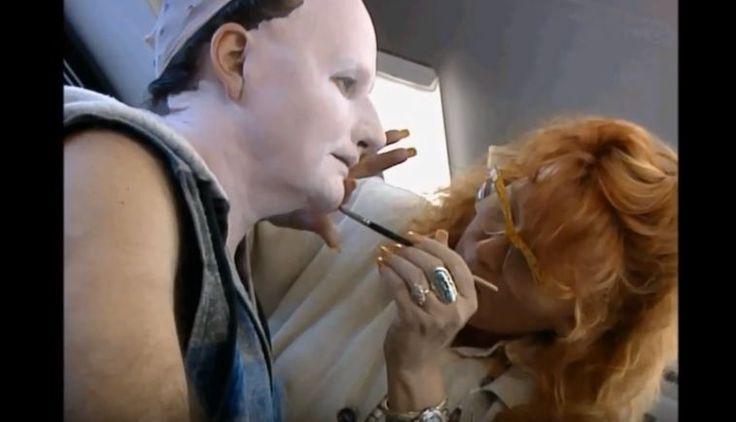 Robin Williams (Madame Doubtfire) Avant : Il fallait des heures de maquillage pour que le regretté Robin Williams devienne la fameuse Madame Doubtfire.