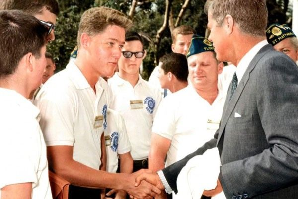 Bill Clinton joven saludando a John F. Kennedy