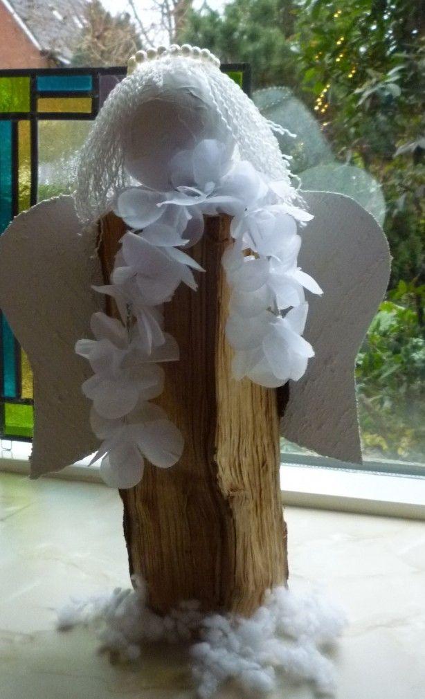 IDEE VOOR 2014!!!! Kerstengel gemaakt van een openhaardhoutblok, piepschuimbolletje beplakt met papier, uitgerafeld touw als haar, vleugels van karton met acrylverf vermengd met zand, en een kroontje gemaakt van parelkralen aangeregen op een ijzerdraadje.