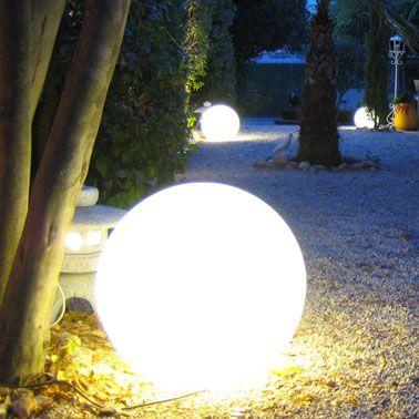 99 CASTORAMA Eclairage d'une allée de jardin avec des luminaires boules posées au sol pour une ambiance mas provencal