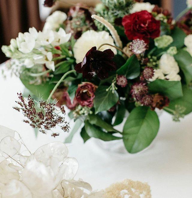 Una Delle Cose Piu Affascinanti Nei Fiori E Il Loro Meraviglioso Riserbo Henry David Thoreau Per Preventivi Matrimoni Floral Wreath Floral Table Decorations