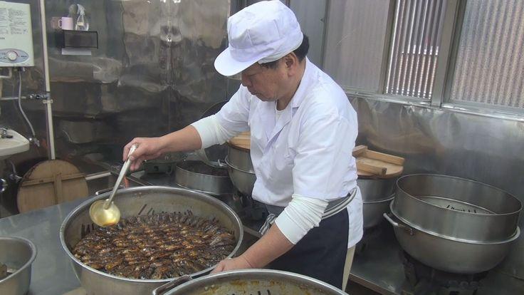 江戸時代から続く伝統食で正月料理に用いられる「鮒(ふな)甘露煮」の製造が、古河市内の製造元でピークを迎えている。 1897(明治30)年創業の「ぬた屋」(同市中央町3丁目)では早朝から作業を開始。奈良県大和郡山市などで養殖されたマブナを使用し、しょうゆやみりんなどを配合した秘伝のタレを用いて約6時間半煮込む。琥珀...