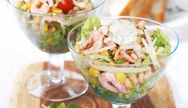 Reker og salat er en klassisk kombinasjon. Med bønner og mais blir salaten mettende og god. Den kan serveres på koldtbord like godt som den kan være en enkel lunsj.