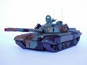 PT-91 Twardy - Model współczesnego polskiego czołgu, który został opracowany w oparciu o czołg T-72M1. Produkowany do dnia dzisiejszego w zakładach Bumar-Łabędy S.A. Malowanie i oznakowanie: 1. Warszawska Brygada Pancerna z Wesołej. Model plastikowy z elementami fototrawionymi, ręcznie złożony i ręcznie pomalowany w skali 1:35.