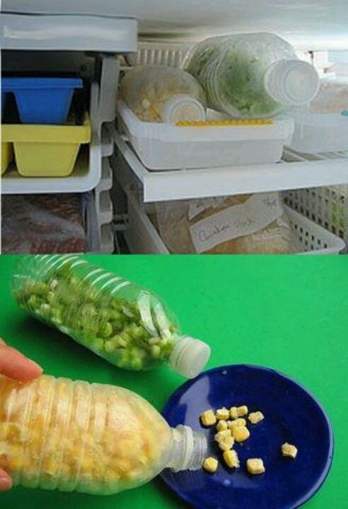 Para congelar granos y verduras en botellas, así no se congelarán en bloque y será más fácil utilizarlas!