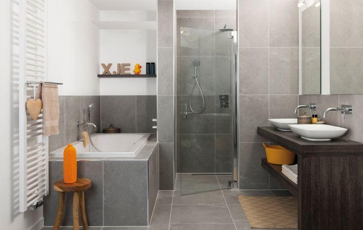 DCeti Deze prachtige badkamer is van alle gemakken voorzien. Een modern badmeubel met twee porseleinen wasbakken. De inloopdouche is lekker ruim en in het royale ligbad komt u volledig tot rust. Zelfs de inbouwkranen zijn volledig op elkaar afgestemd. Daarnaast bepalen de accessoires hier de sfeer!