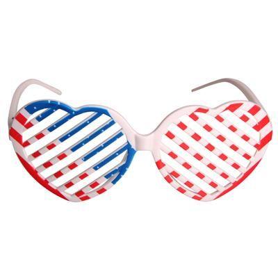 😎 Stars and Stripes persienne solbriller 59.00 DKK. USA brillerne kaldes også for Shutter Shades og var højeste mode i begyndelsen af 1980'erne.  Stars and Stripes solbrillerne er hjerteformede og har hvidt stel og det Amerikanske flag på fronten. Solbrillerne er fremstillet i plast.