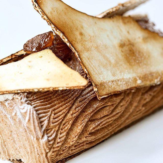 Bûche Vintage marron, griottes et biscuit archi-fondant à base de pâte à choux