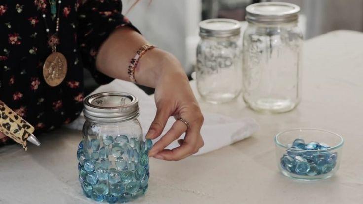 Não tenha os potes de vidro vazios a ocupar espaço nos armários, utilize-os para criar fantásticas peças de decoração e para guardar pequenos objectos, como jóias, etc.