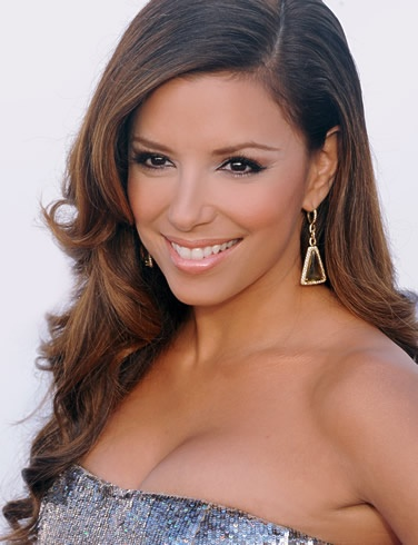 Eva Longoria is stunning. This sleek side part and flawless curls are beautiful. Paired with her subtle makeup, she looks gorgeous.