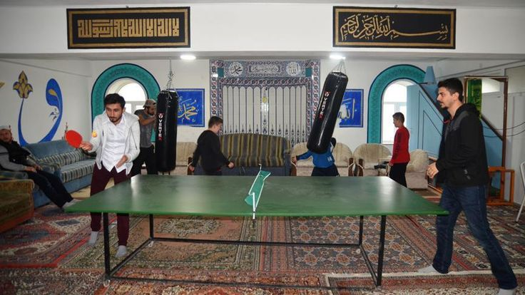 Kütahya'da, görevli olduğu caminin alt katını gençlerin sosyal ve kültürel etkinliklerde bulunabileceği merkeze dönüştüren imam, çalışmasıyla örnek oluyor.