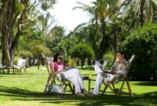 Pierdete en el frondoso jardín tropical del Hotel Don Carlos en Marbella, disfrutarás de flores, plantas, cactus y árboles cuidados con gran esmero.
