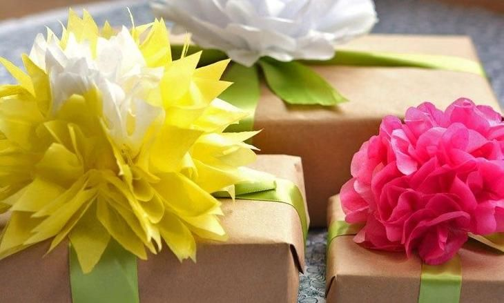 Цветы из оберточной бумаги для красивой упаковки подарка