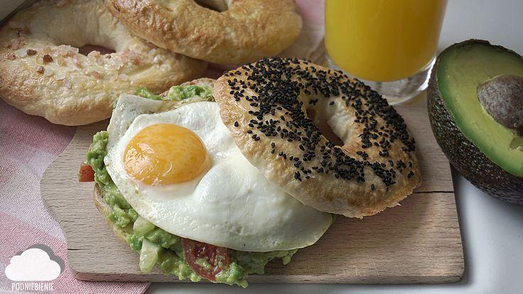 ŚNIADANIOWO #awokado #jajkosadzone #bajgiel #PodNiebienie #avocado #friedegg #bagel #bakedgoods #czarnuszka #nigellaseeds #homemadebread #breakfastideas