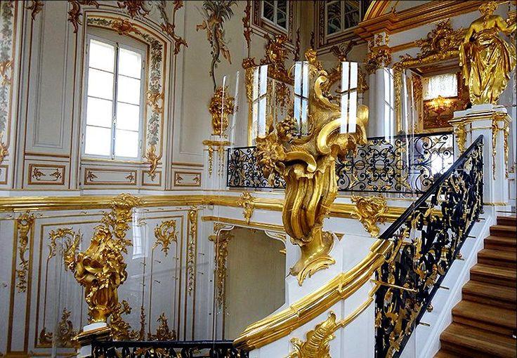 Парадный вход размещён в западном флигеле дворца. Интерьер лестницы- гимн правлению императрицы Елизаветы. Был создан Растрелли к 1751 году. В скульптурное оформление входят золочёные статуи, резные букеты, кариатиды, рокайльные