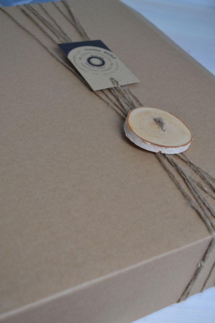 PRZESYŁKA - Koszt przesyłki - Paczka pocztowa priorytetowa 14,5 zł. Przesyłki zawierające wieniec przygotowywane są z największa starannością i dbałością o bezpieczeństwo zawartości. Dodatkowo każda paczka zapakowana jest w ozdobny sposób, który może bezpośrednio służyć jako opakowanie prezentu. Dlatego paczkę należy otwierać ostrożnie by jej nie uszkodzić. Do wieńca dołączona jest żyłka, która może ułatwić jego zamocowanie. Wygląd paczki widoczny na zdjęciu.